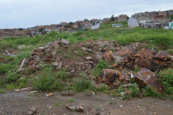 Denuncian vecinos  tiradero clandestino de escombro