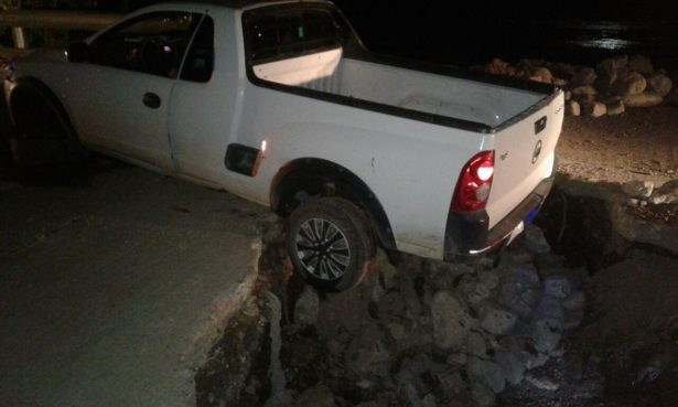 Cae vehículo en zanja hecha por la Jmas en la calle Ramón López Velarde