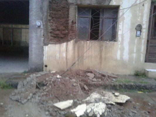 Colapsa pared de vivienda por lluvias