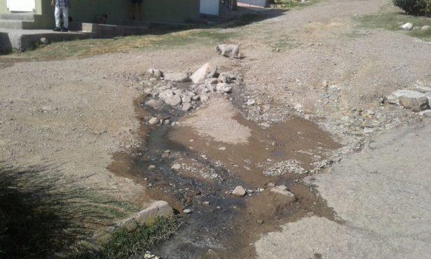 Denuncian dos fugas de drenaje en la colonia López Portillo