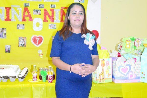 Felicitada por su Maternidad Karla Selene Serna