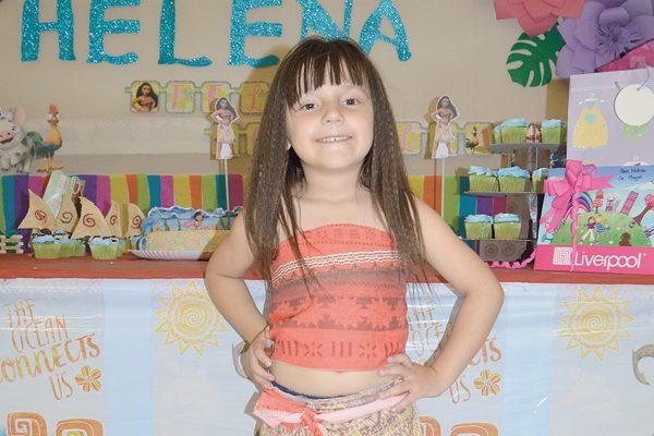 Apagó 5 velitas de su pastel de cumpleaños Helena Chávez Díaz