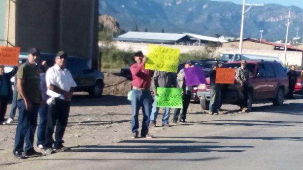 VIDEO: Grupo de mineros bloquean salida de camiones de la empresa Grupo México en Santa Bárbara