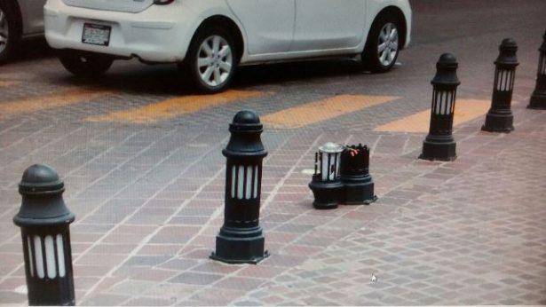 Chocan contra bolardo en plaza de la Identidad