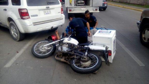 Choca motociclista a una camioneta en el boulevard
