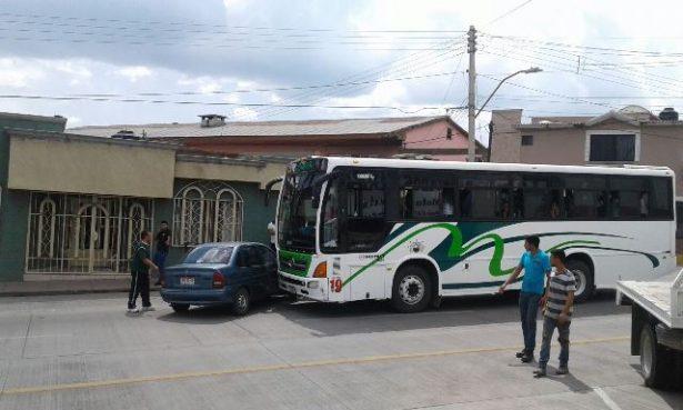 Choca camión urbano contra automóvil en la Villa Escobedo