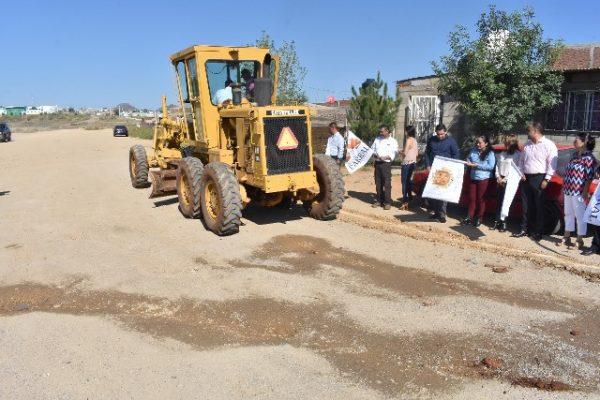 El Alcalde, Alfredo Lozoya, puso en marcha la continuación de la Vialidad del Río Parral y entregó concreto de Rancho la Esmeralda