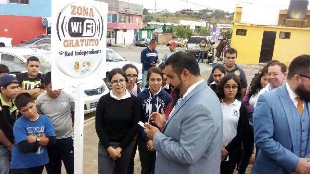 Entrega alcalde red WiFi gratuita en la colonia Pri