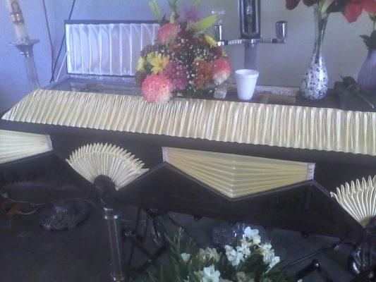 Dejan ataúd afuera de domicilio; no saben donde enterrarlo en Chihuahua