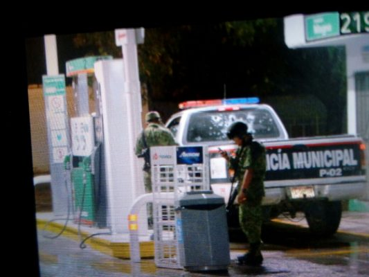 Se enfrentan policías municipales de Allende contra un grupo armado