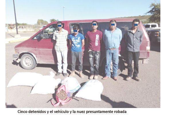 Detienen a 5 hombres, presuntos ladrones de seis costales de nuez