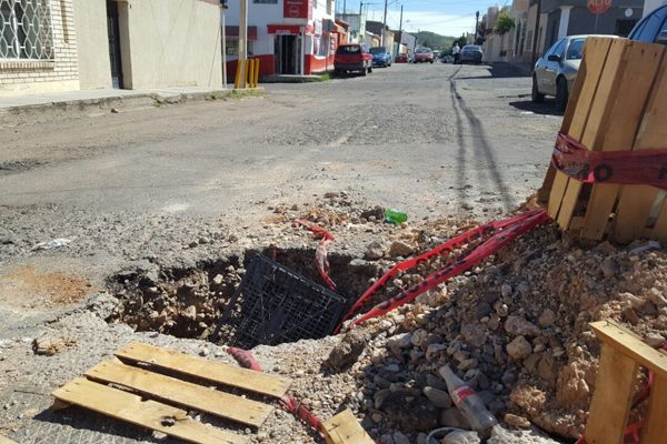 Enorme agujero en la calle José Marti tras reparación de tubería
