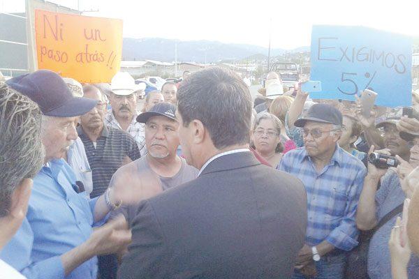 Ofrece Gobernador Corral a  ex mineros ser intermediario