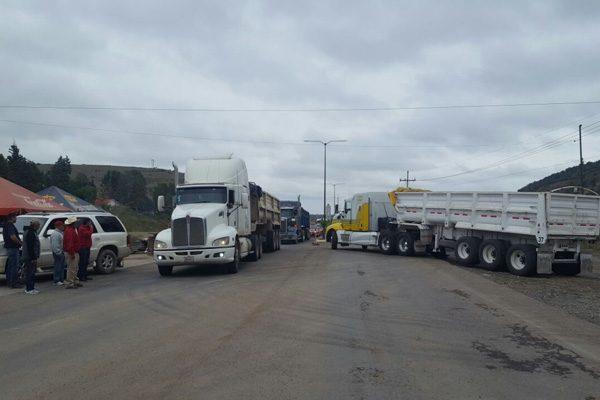 Siete camiones detenidos; intentaban cargar material
