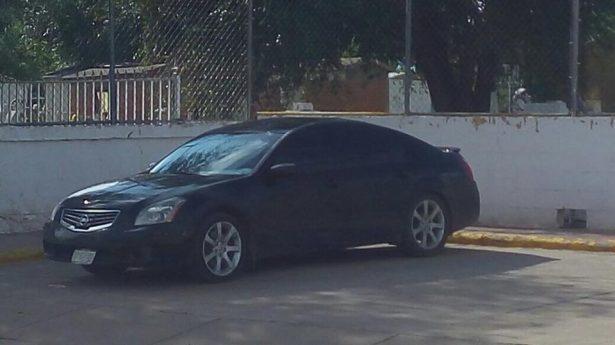 Abandonan vehículo con dos cuerpos en el interior en Cuauhtémoc