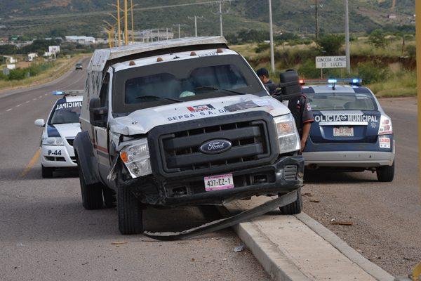 Impacta camioneta contra un vehículo transportador de valores en la Vía Corta