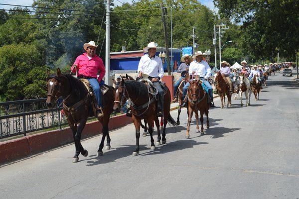 Cabalgata rumbo a Valle de Allende por fiestas patronales