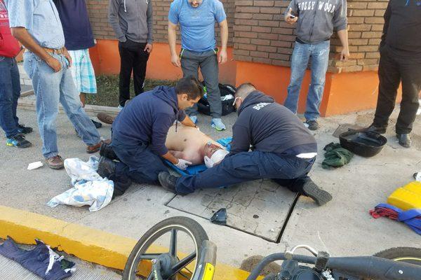 Accidente entre motocicleta y vehículo en boulevard Ortíz Mena