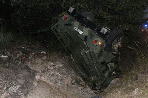 Vuelcan militares en carretera a Parral; seis lesionados