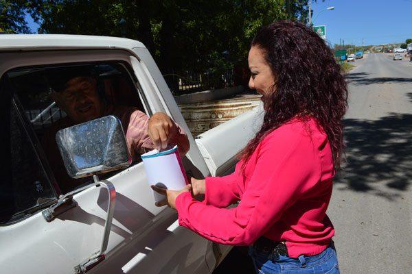Empleadas del DIF y Presidencia hacen labores de boteo en apoyo a mujeres víctimas de cáncer