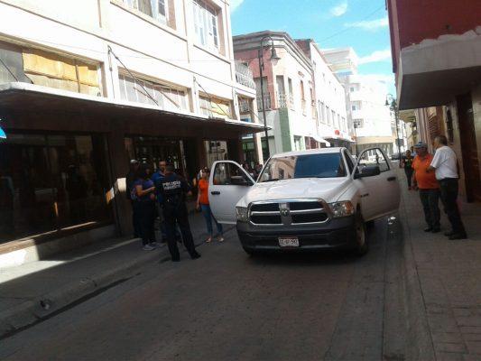 Embiste vehículo de la Fiscalía, a mujer en la calle Colegio