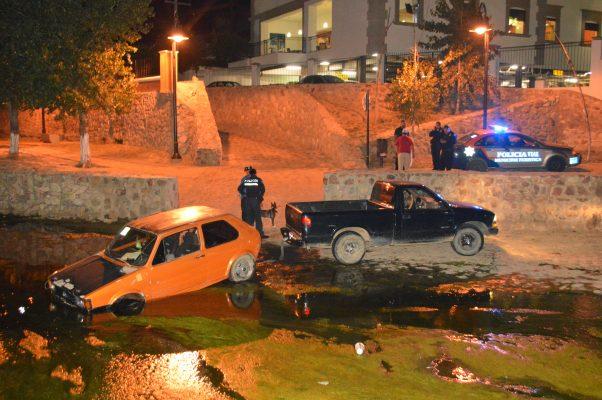 Cae vehículo en hoyo de trabajos de reparación de colector del río