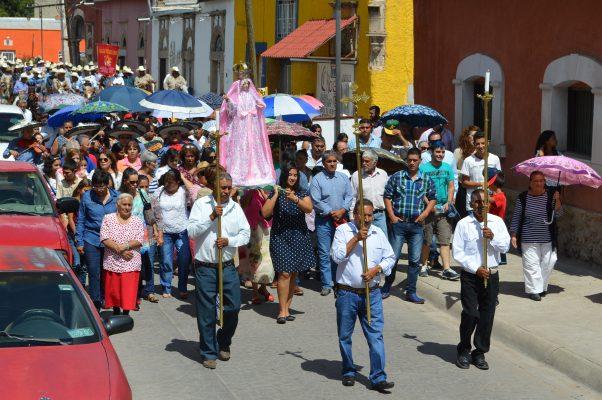 Procesión en honor a la  Virgen del Rosario, en Allende