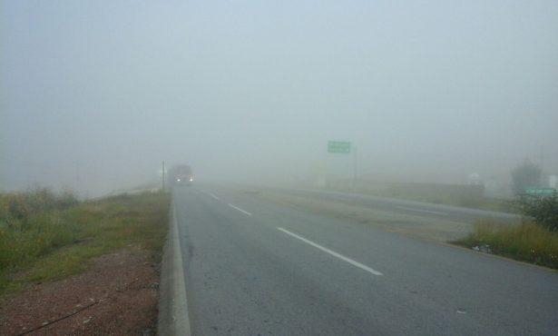 Densa neblina cubre la mañana de hoy la carretera Parral-Jimenez