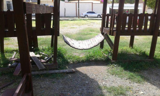 Deteriorados y en malas condiciones juegos recreativos del parque en cerro blanco