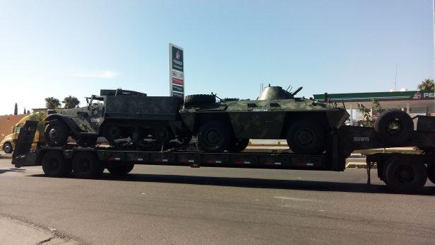 Circulan por Jiménez tráileres cargados con tanques de guerra; cautivaron a la ciudadanía