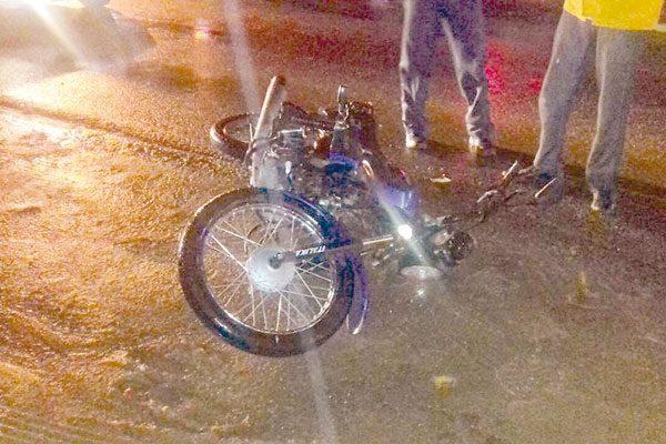 Joven motociclista cae de su vehículo en rúa a El Ojo de Dolores
