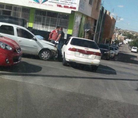 Aparatoso choque en el Boulevard y calle Sonora
