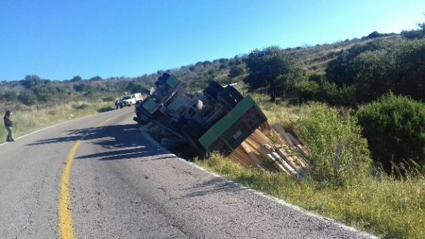 Vuelca camión maderero en Casita