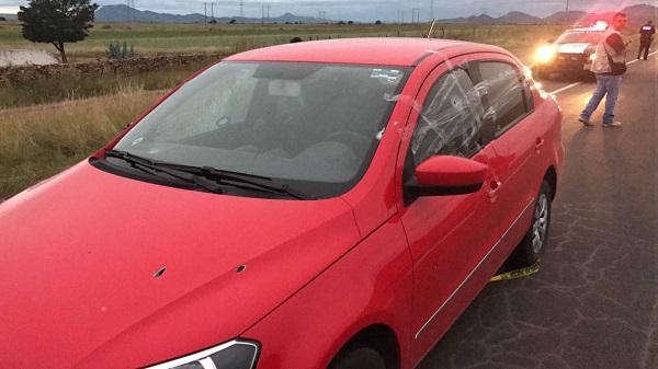 Asesinan a agente de inteligencia federal y su madre en la carretera Cuauhtémoc