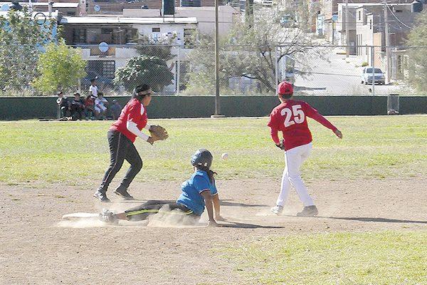 """Las """"Tigrillas"""" de la Prepa López Velarde avanzan a semifinales en softbol femenil"""