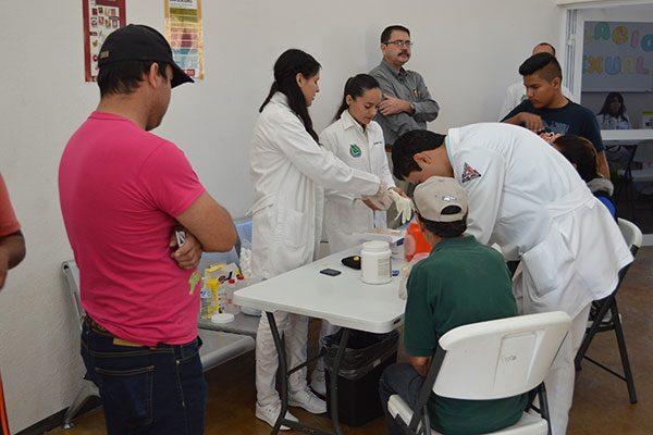 Atienden estudiantes de Medicina de la Uach a más de 90 personas en jornadas de salud