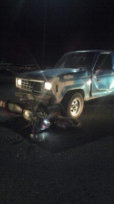 Aparatoso accidente en el periférico sur, motociclista resulta lesionado tras chocar contra pick up