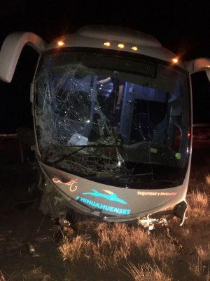 Se accidenta camión de pasajeros; salió del camino