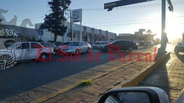 Caos a las afueras del IMSS; aglomeración vehicular afecta la circulación todos los días