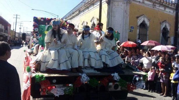 Algarabía, baile y folklor en desfile