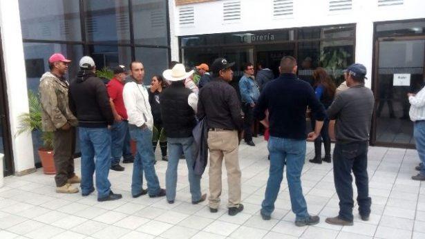 Se manifiestan vendedores ambulantes en presidencia municipal
