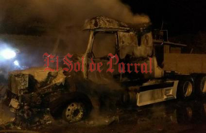 Arde en llamas tracto camión en Jiménez