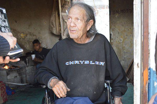 Una parálisis infantil le impidió caminar, pero han sido más grandes sus ganas de vivir