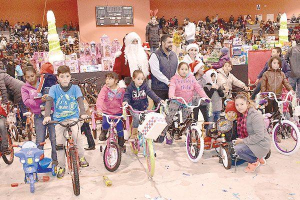 Cientos de regalos para los niños en posada del DIF Municipal