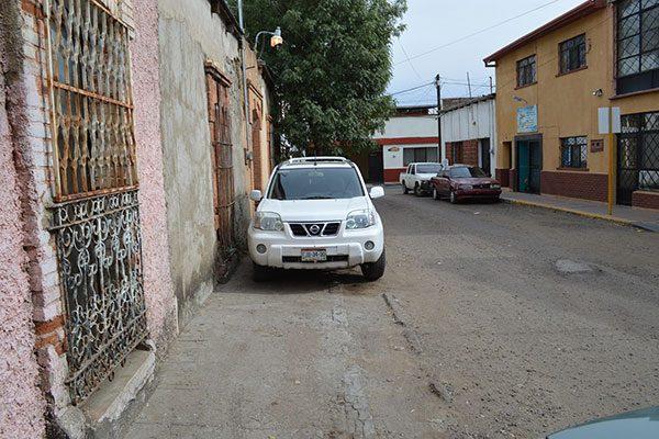 En deplorables condiciones el callejón Escuadra; vecinos se quejan de baches y banquetas destruidas