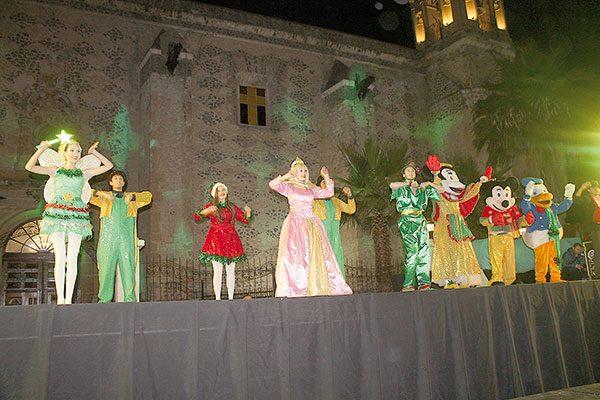Se ilumina la Plaza Principal con el Encendido  del Árbol