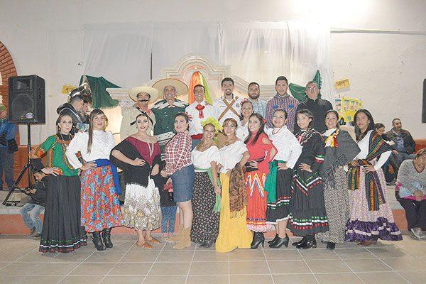 """En la Escuela Primaria """"Niños Héroes"""" 2101 Celebran Noche Mexicana"""