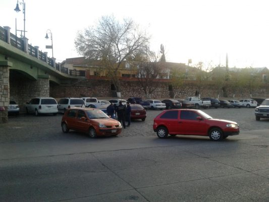 Impactan dos vehículos cerca del estacionamiento del río