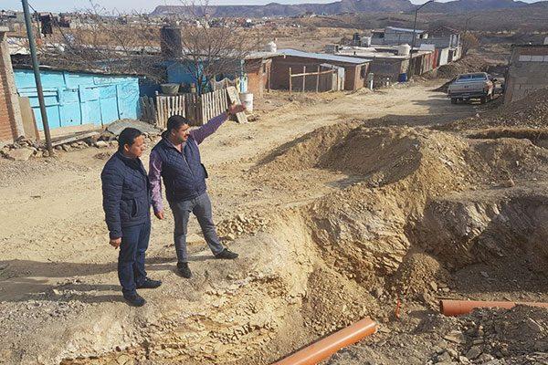 El alcalde Alfredo Lozoya recorre obras de  instalación de drenaje en colonia Santa Elena