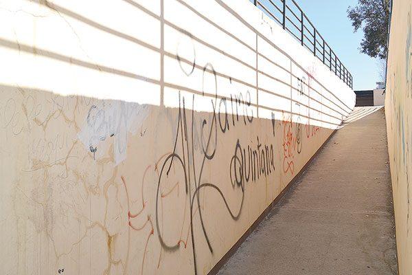 Pasos peatonales son mural de grafiti y notas de amor…